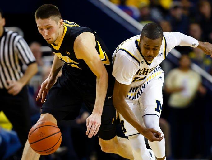 Iowa Hawkeyes forward Jarrod Uthoff (20) and Michigan