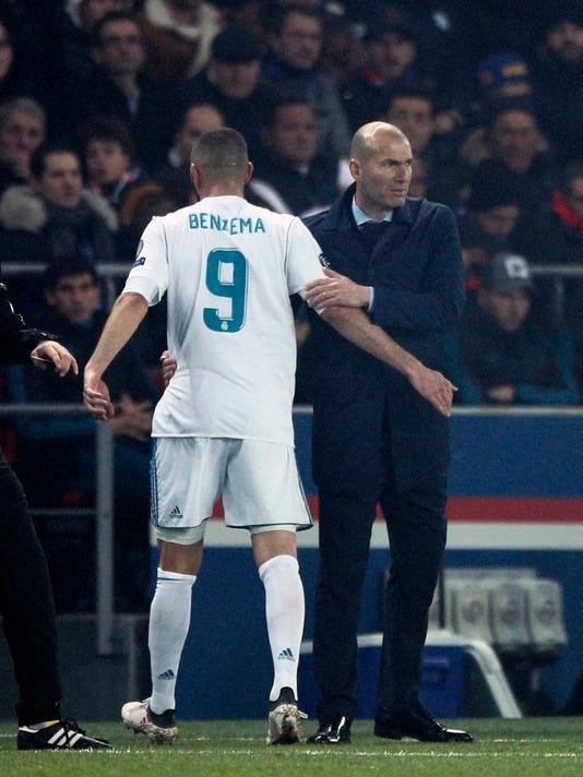 Real Madrid's Karim Benzema, left, leaves the pitch as the head coach Zinedine Zidane hugs him during the round of 16, 2nd leg Champions League soccer match between Paris Saint-Germain and Real Madrid at the Parc des Princes Stadium in Paris, Tuesday, March 6, 2018. (AP Photo/Francois Mori)
