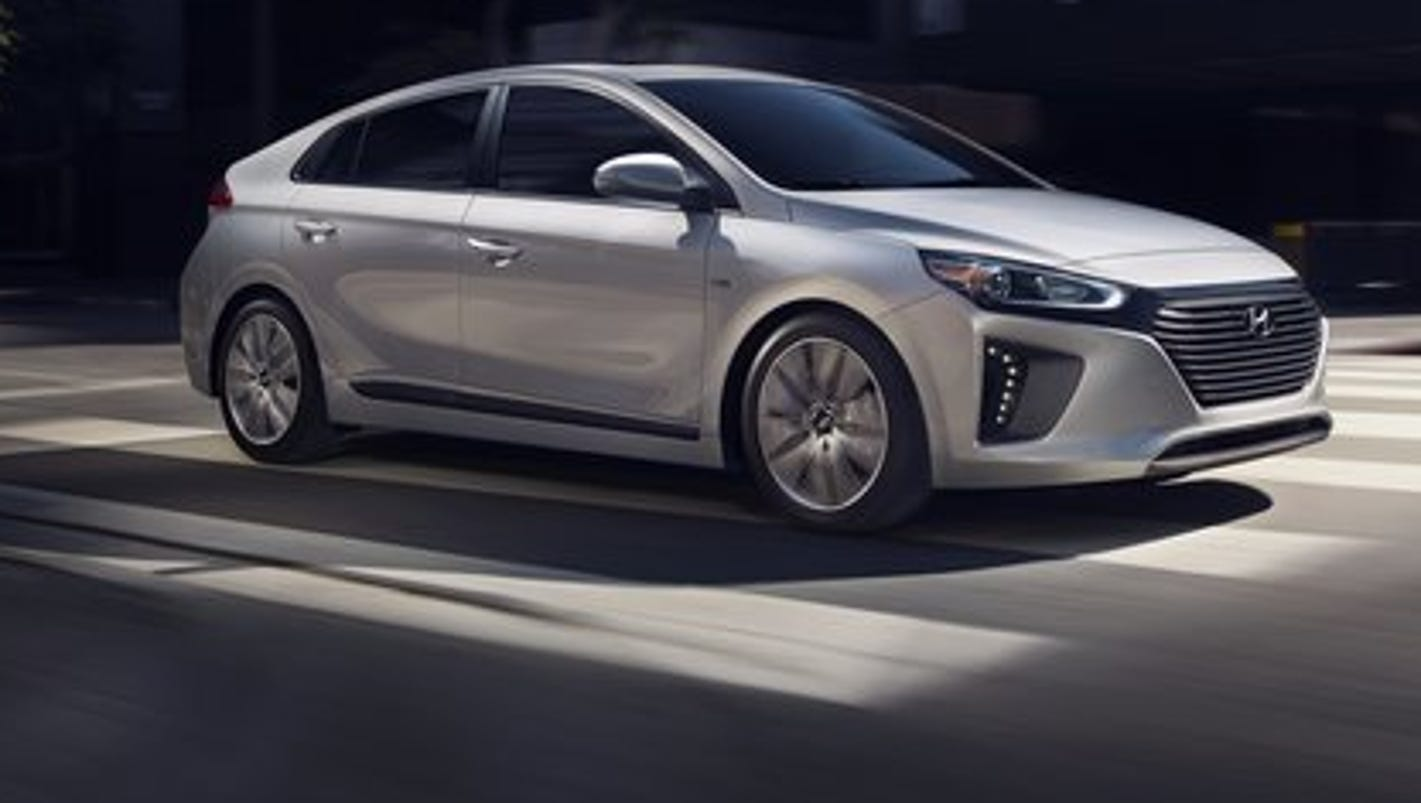 review hyundai ioniq hybrid aims for top gas mileage. Black Bedroom Furniture Sets. Home Design Ideas