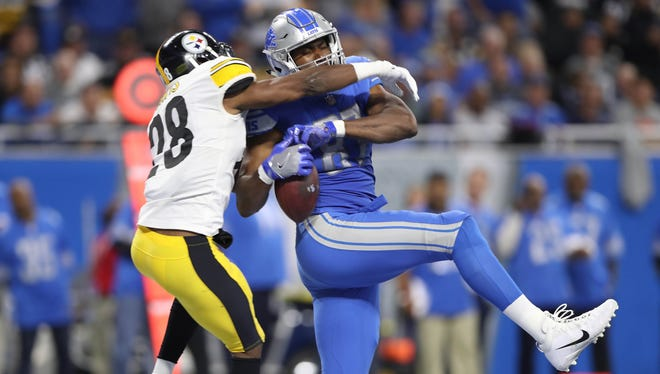 Lions tight ends Darren Fells is defended by Steelers defensive back Sean Davis during the second quarter on Sunday, Oct. 29, 2017, at Ford Field.