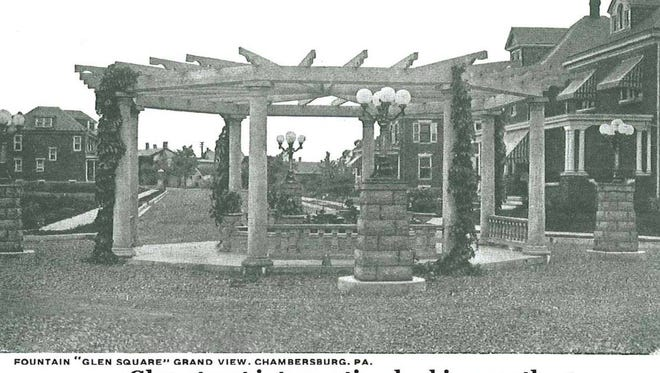 The intersection of the Glen and King streets, looking south toward the fountain. The fountain still stands today, though without the circular structure that was around it.