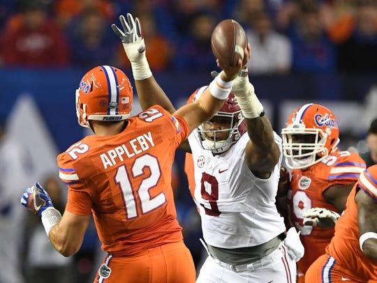 Alabama defensive end Da'Shawn Hand pressures Florida