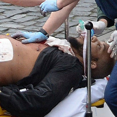 Foto del atacante Khalid Masood, siendo atendido por