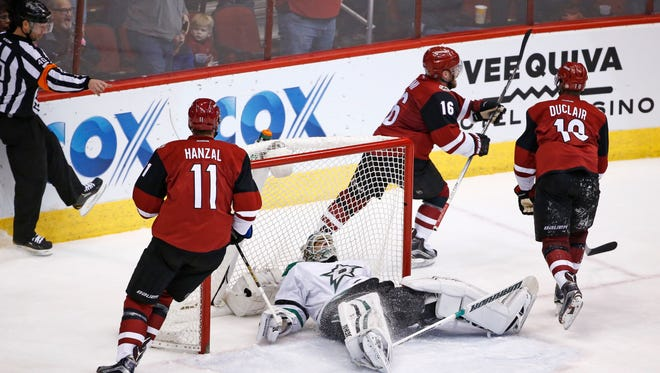 Arizona Coyotes Max Domi (16) scores a goal against the Dallas Stars in the 2nd period in Glendale, Ariz., on Thursday, February 18, 2016.