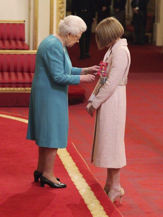Quern Elizabeth Ii >> Queen Elizabeth makes a dame out of 'Vogue's' Anna Wintour