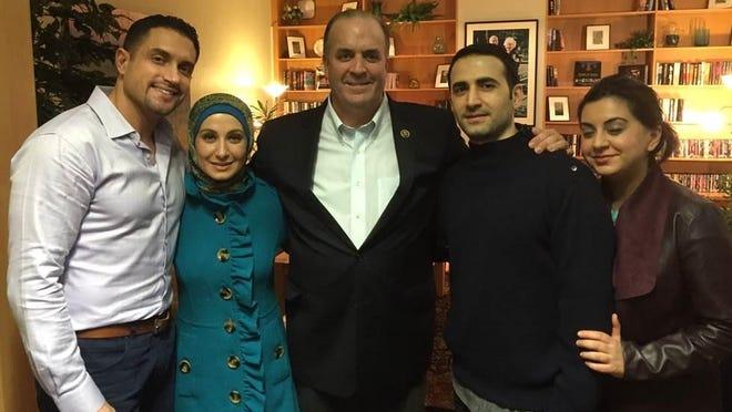 Perwakilan AS Dan Kildee, tengah, bersama Amir Hekmati, kedua dari kanan, dan anggota keluarganya.