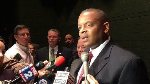 U.S. Transportation Secretary Anthony Foxx proposed that the nation's media and heavy-duty commercial trucks substantially reduce their carbon emissions and raise their fuel economy.