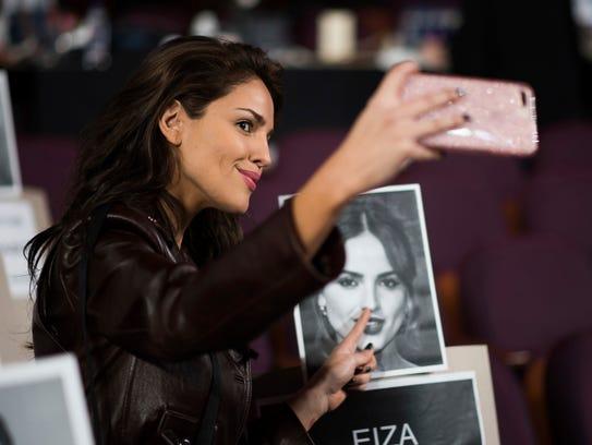 'Baby Driver' star Eiza Gonzalez takes a photo with