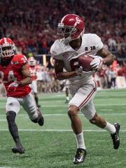 Alabama wide receiver DeVonta Smith (6) catches the