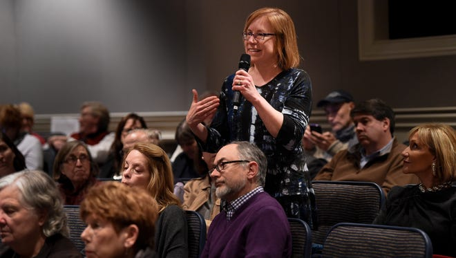Beth Malow asks a question of author Jim Brown during a discussion on civility Jan. 30, 2018, at the Freedom Forum in Nashville.