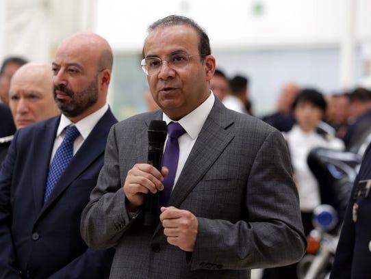 El Secretario de Gobernación, Alfonso Navarrete (centro),