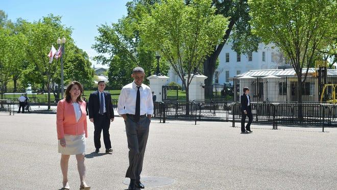 President Obama and Shanna Peeples stroll across Pennsylvania Avenue.