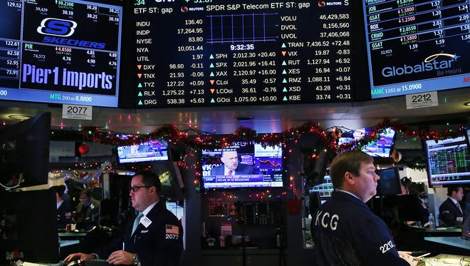 U.S. stocks hope to avoid there first losing year since 2008. Traders work on the floor of the New York Stock Exchange on Dec. 21, 2015. (Photo by Spencer Platt/Getty Images)