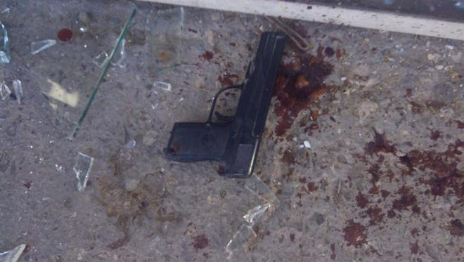 A replica handgun was used by a robbery suspect who was shot and killed Saturday by a Juárez police officer working undercover at a convenience store.