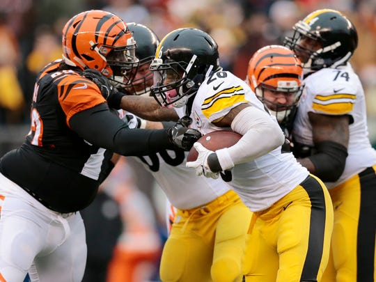 Pittsburgh Steelers running back Le'Veon Bell (26) carries the ball for a gain in the third quarter of the NFL Week 15 game between the Cincinnati Bengals and the Pittsburgh Steelers at Paul Brown Stadium in downtown Cincinnati on Sunday, Dec. 18, 2016. The Bengals gave up a 20-9 halftime lead to fall to the Steelers 24-20.