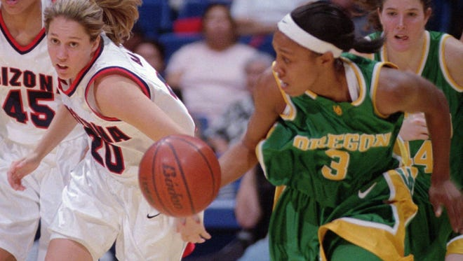 Oregon's Shaquala Williams (3) runs away from Arizona's Julie Brase (20) in the second half in Tucson, Ariz., Saturday, March 4, 2000. (AP Photo/John Miller)