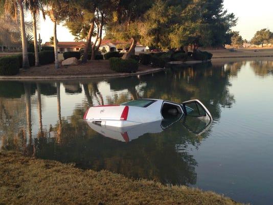 635580381662204962-Car-into-pond