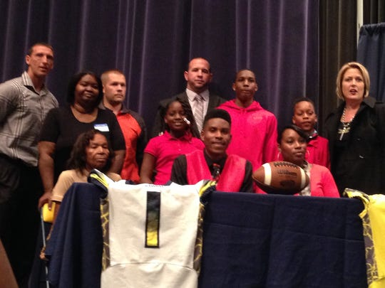 Andre Thomas-Cobb  signed his National Letter of Intent to join Western Kentucky.