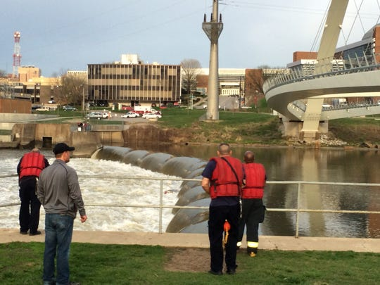 Des Moines Fire Fighters' Wet Team responds to capsized
