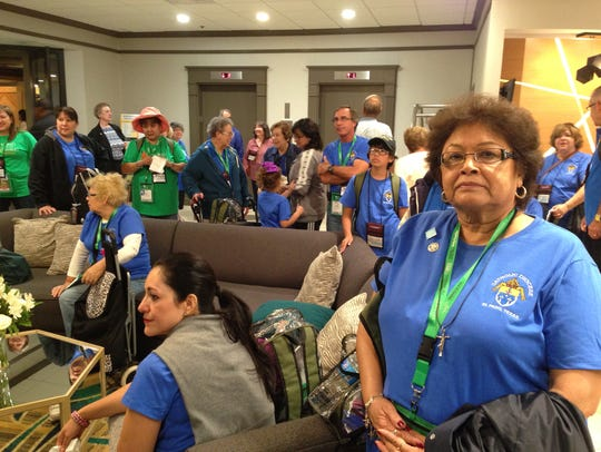 El Pasoans watch the arrival of Pope Francis in Philadelphia