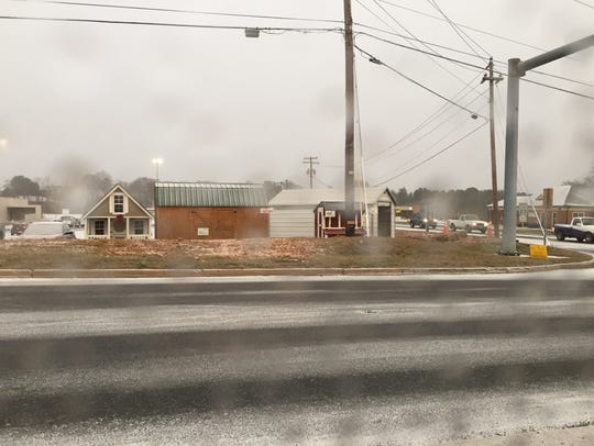 Snow starts to fall at the intersection by Applebee's