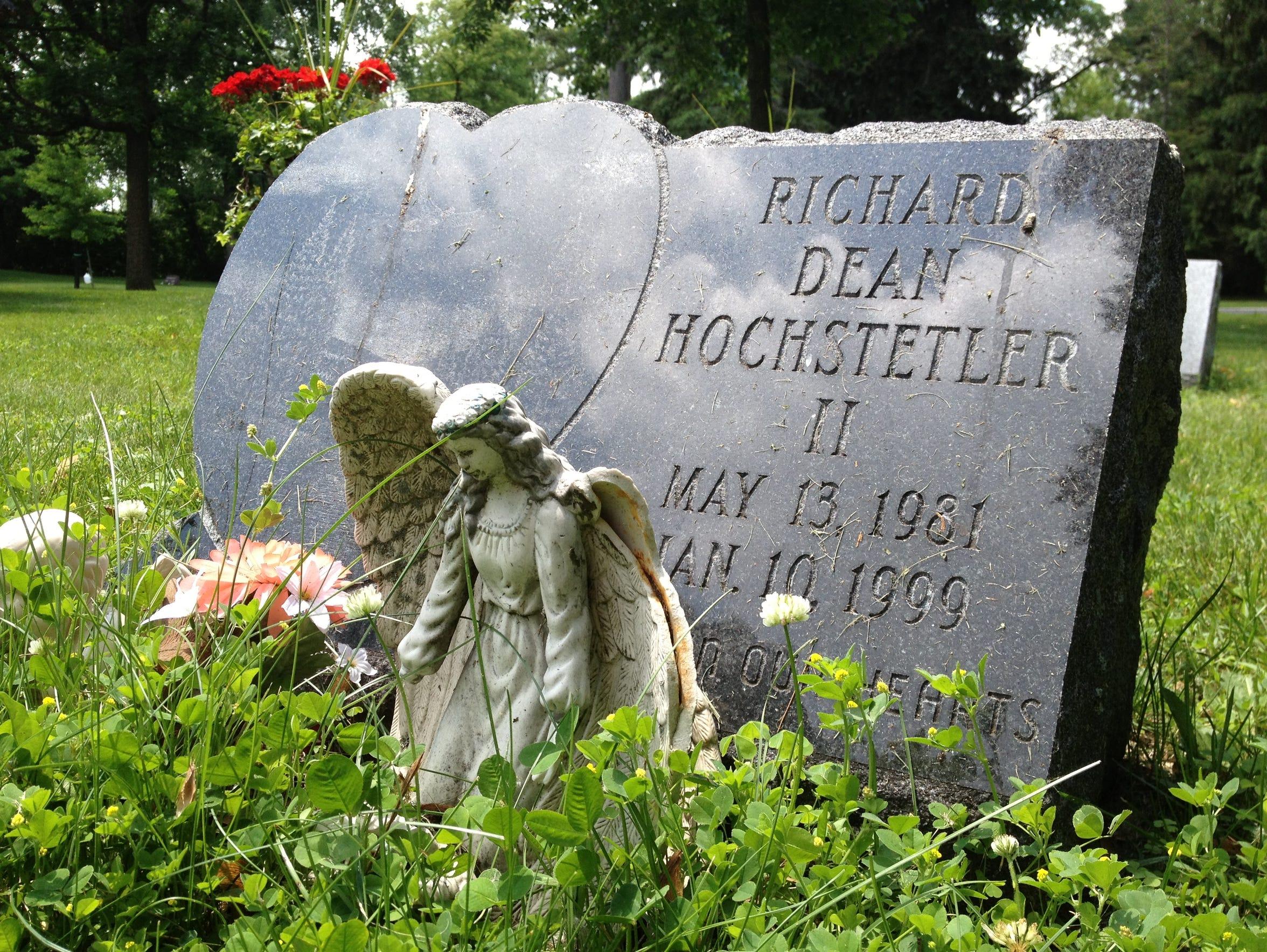 Richard Dean Hochstetler's gravesite at Evergreen Cemetery