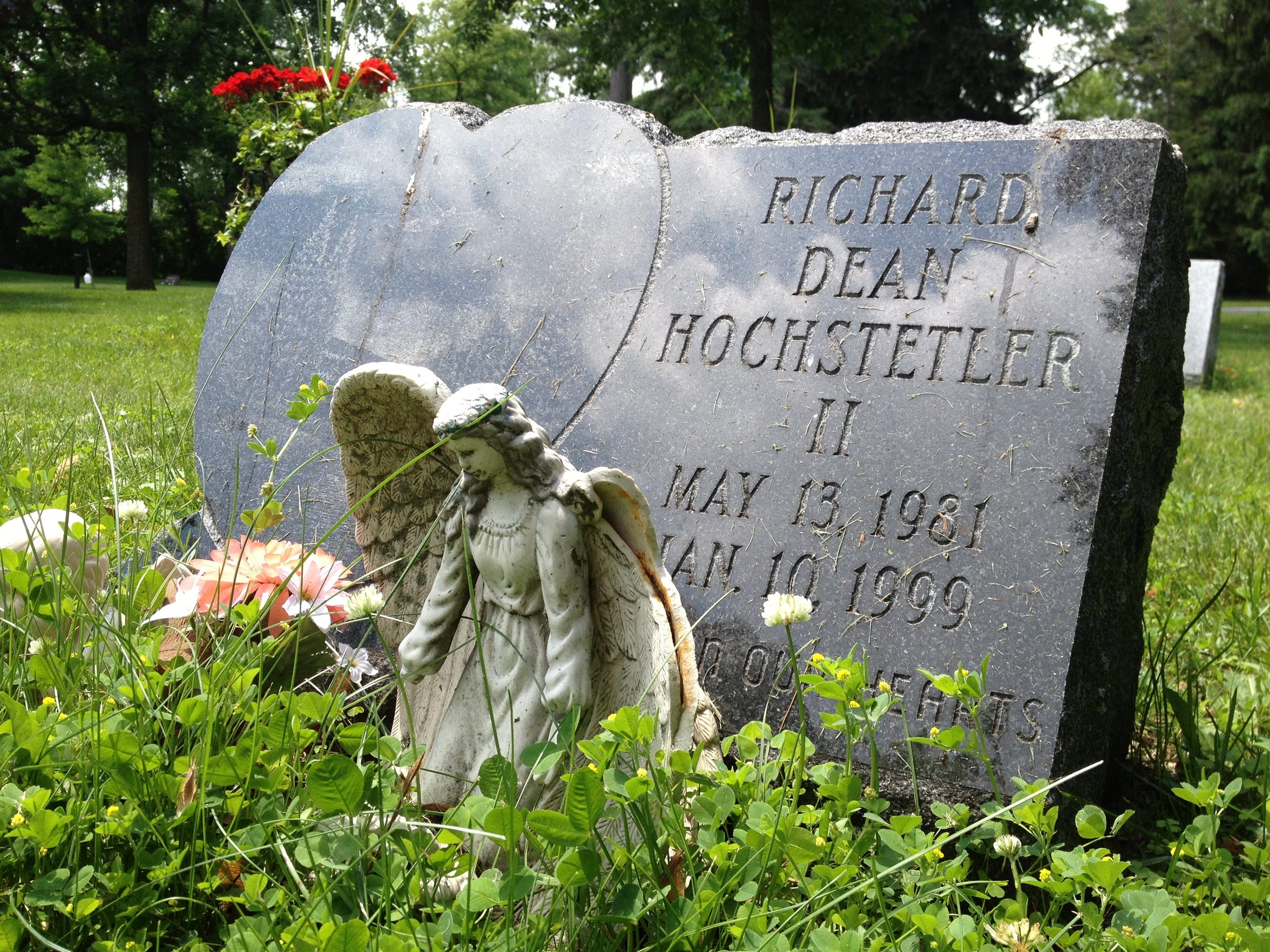 Richard Dean Hochstetler's gravesite at Evergreen Cemetery