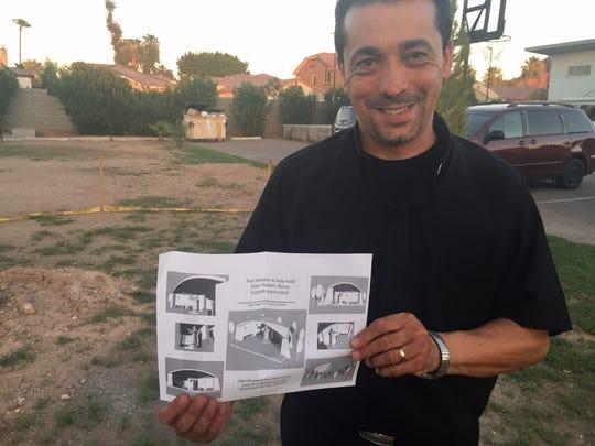 El pastor de origen libanés, Wissam Akiki, muestra el bosquejo de la que será la nueva capilla.