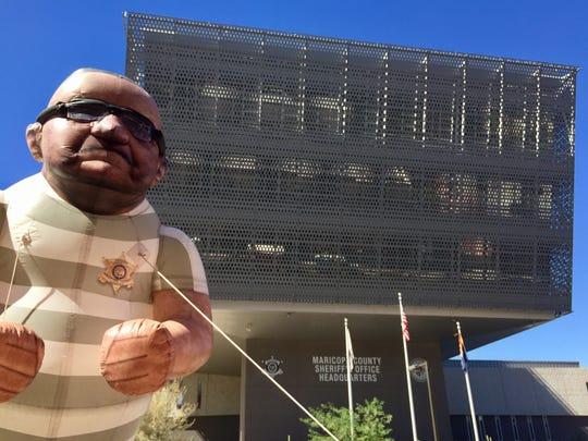 Un muñeco inflable de alrededor de 20 pies muestra al Alguacil Joe Arpaio en uniforme de rayas, frente a las oficinas principales de la MCSO en Phoenix el 13 de octubre del 2016.