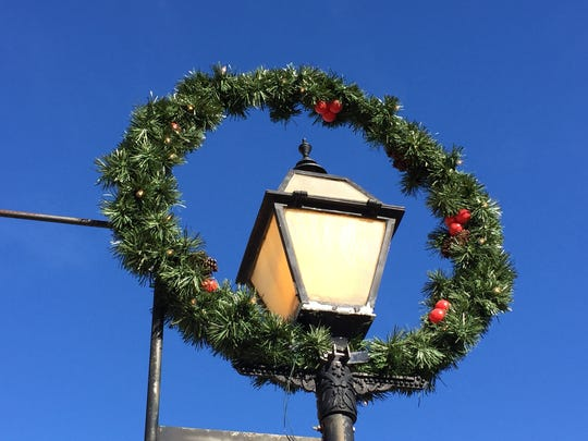 Holiday wreath on street lamp in downtown Mansfield