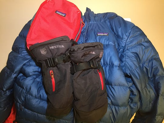 Down jacket and mittens for extra warmth when standing still in the cold. The pouch keeps the down jacket dry.
