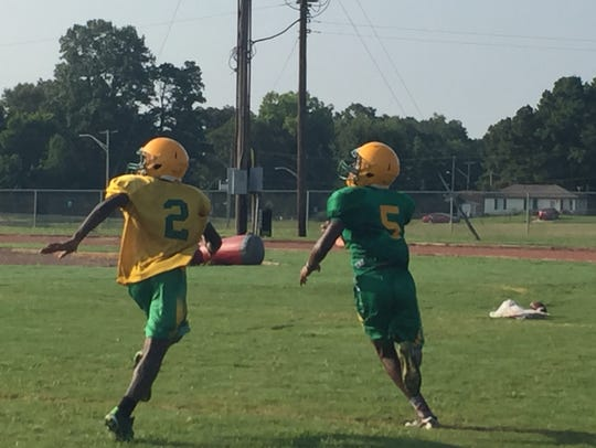 Green Oaks players run a play during Friday's practice