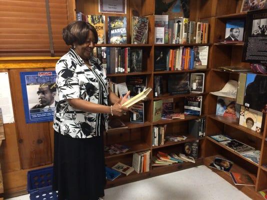 09.29.17_Sandra Gray at Dunbar Library