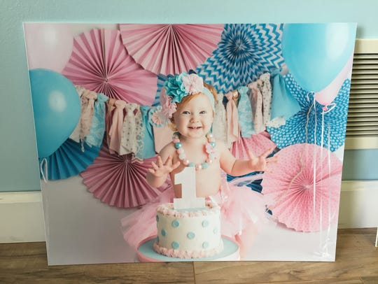 An example of 1-year-old birthday picture sits at Mummert