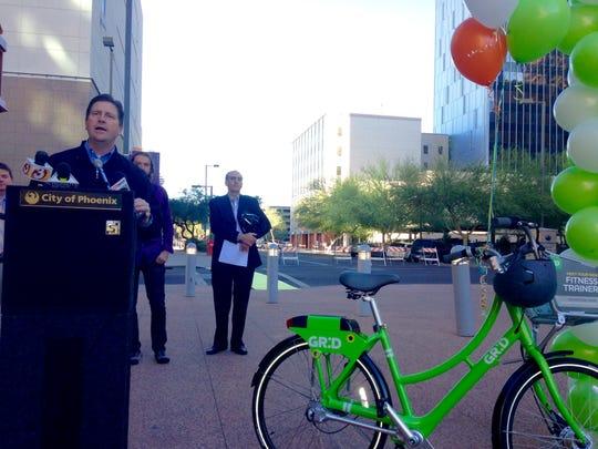 Mayor Greg Stanton explaining Phoenix's two-wheeled