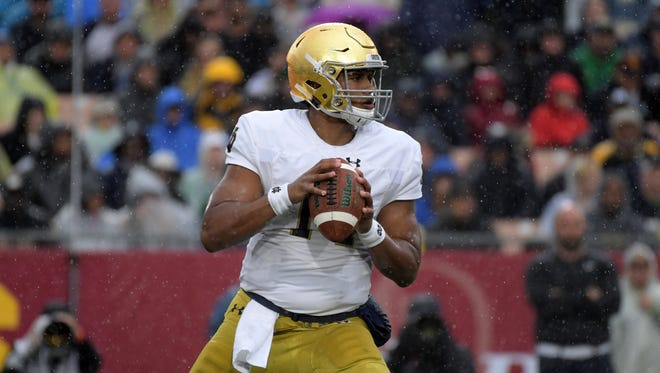 Nov 26, 2016; Los Angeles, CA, USA; Notre Dame Fighting Irish quarterback DeShone Kizer (14) throws a pass against the Southern California Trojans during a NCAA football game at Los Angeles Memorial Coliseum. Mandatory Credit: Kirby Lee-USA TODAY Sports