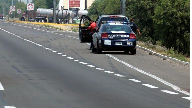 Una unidad federal hace recorridos sobre la Autopista México-Puebla.