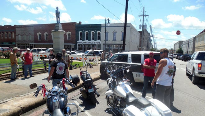 A peaceful crowd gathers around the Confederate soldier statue at the Alcorn County Courthouse in Corinth.