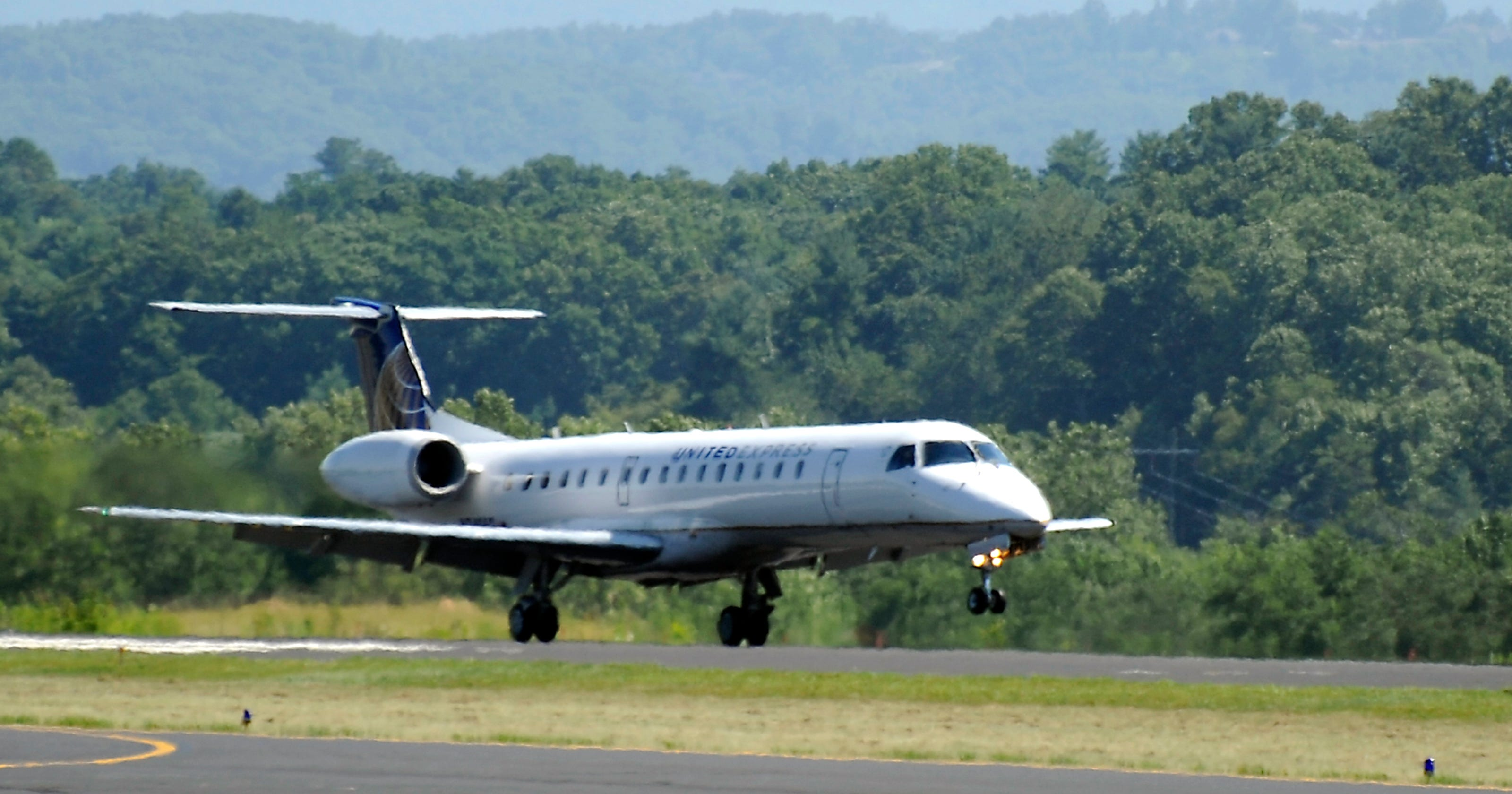 what airlines fly into asheville nc airport