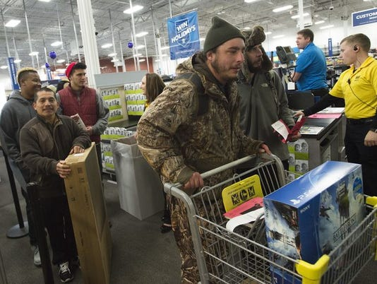Best Buy Sees Long Line For Thanksgiving Deals