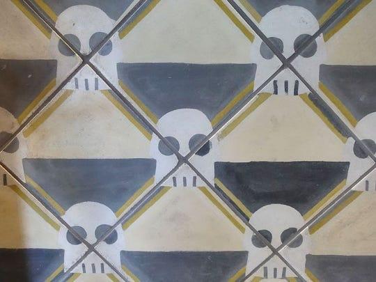 Los azulejos que recubren el bar en Taco Chelo, diseñados