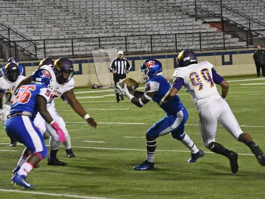 Benton's Anthony Echols (99) sights in on Woodlawn's