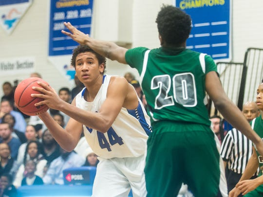 Gary Briddell (20) defends Decatur forward Keve Aluma (44) during a 2016 contest at Stephen Decatur high.