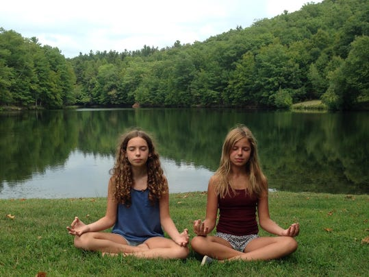 girls_meditating