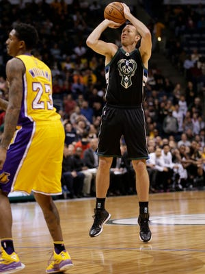 Forward Steve Novak, who played three games with the Bucks last year, signed with the team on Monday.