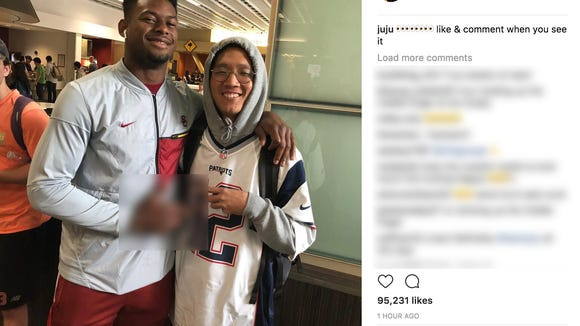 JuJu Smith-Schuster not-so-subtly flips off Patriots fan while posing for photo