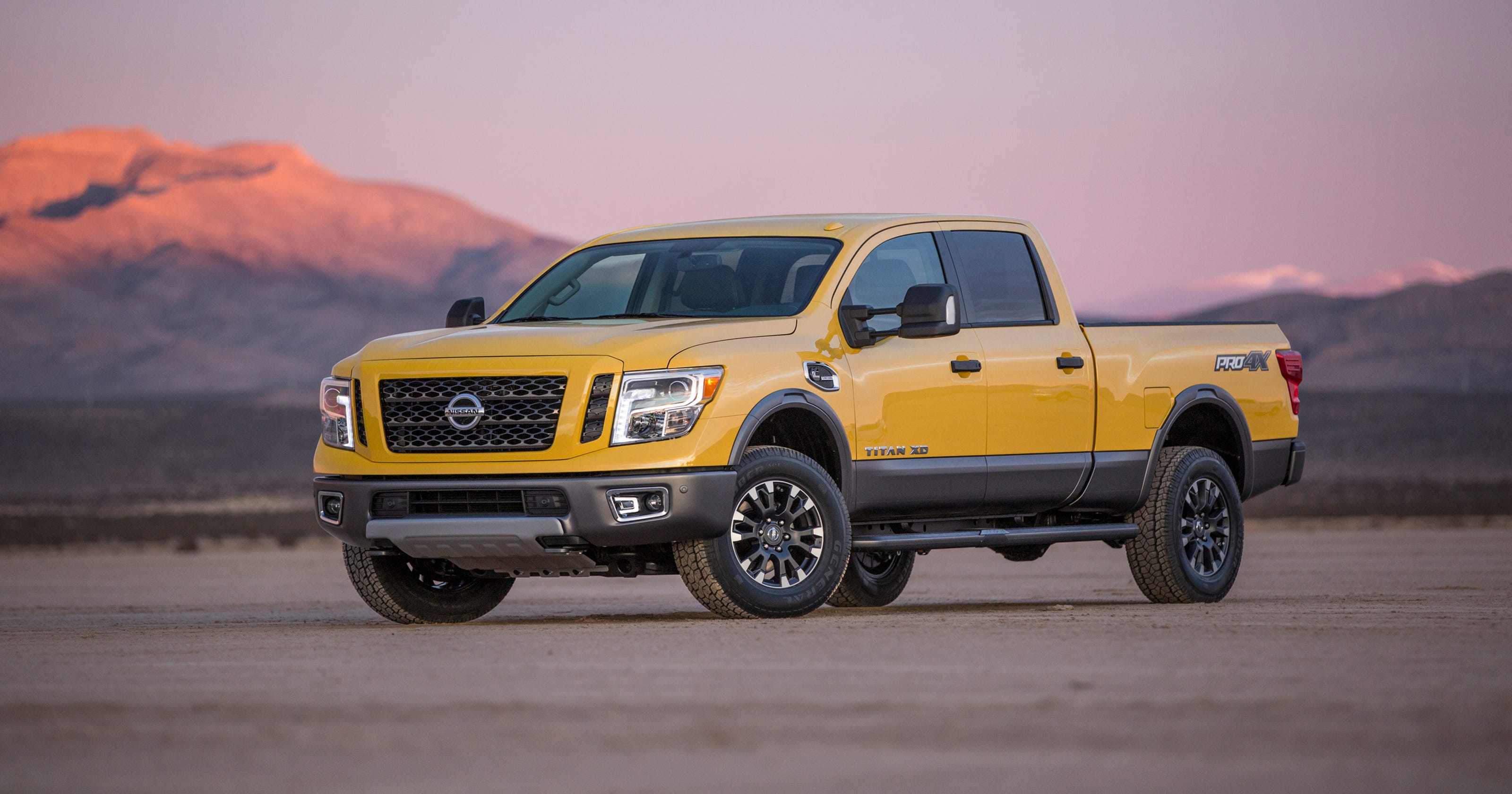 Review Nissan Titan Xd Challenges Detroit 3 Hd Trucks Big Blue Jacked Up Chevy Truck
