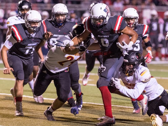 Tulare Western's Patterson Damarin runs against Tulare