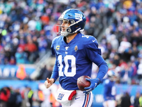 EAST RUTHERFORD, NEW JERSEY - DECEMBER 15:  Eli Manning #10 of the New York Giants runs off the field after throwing a touchdown to Golden Tate #15 in the second quarter against the Miami Dolphins during their game at MetLife Stadium on December 15, 2019 in East Rutherford, New Jersey. (Photo by Al Bello/Getty Images)