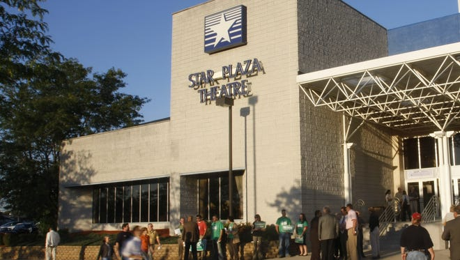 People file into the Star Plaza Theatre in Merrillville, Tuesday, September 16, 2008.   (Steve Sanchez/The Star)